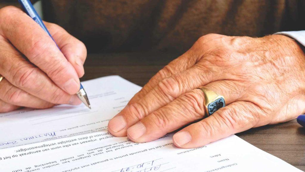 Zdjęcie przedstawiające podpisywanie umowy